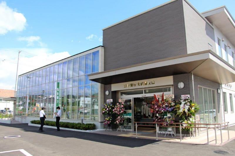 ガラスを多用し、明るく開放的なデザインの岩手銀行大船渡支店(7日、大船渡市)