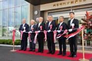 テープカットで大船渡支店の新店舗開業を祝う田口幸雄頭取(左端)ら(2020年9月7日、大船渡市)