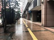 台風の影響で午前中は繁華街の天神でも人影はまばら(7日、福岡市)