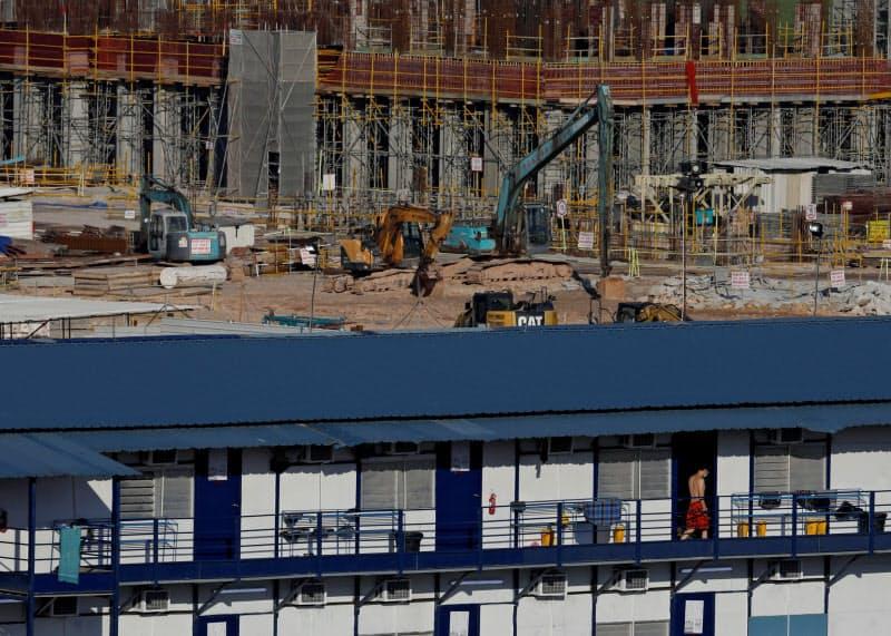外国人労働者の復帰が遅れ、建設現場では十分な人員を確保できない状態が続く=ロイター