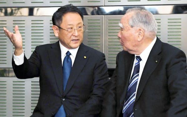 トヨタの豊田章男社長(左)とスズキの鈴木修会長