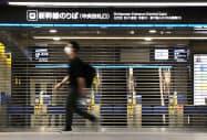 台風の影響で運休し、シャッターが下ろされたJR博多駅の新幹線改札口(7日、福岡市)