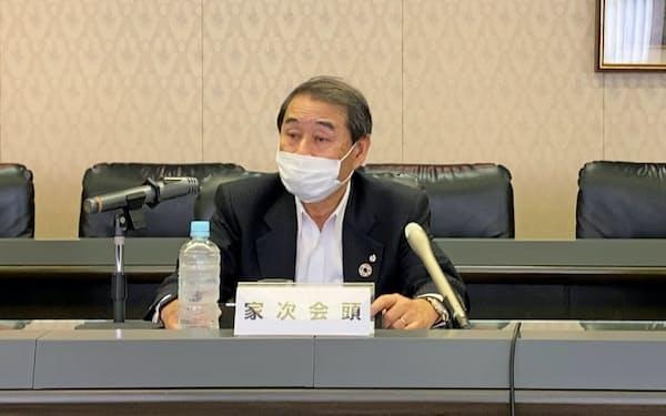 記者会見する家次会頭(7日、神戸市)