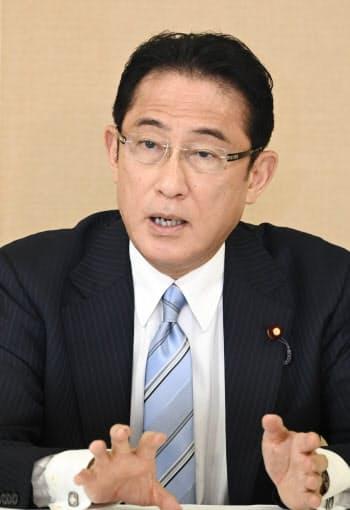 インタビューに応じる岸田政調会長(7日、自民党本部)
