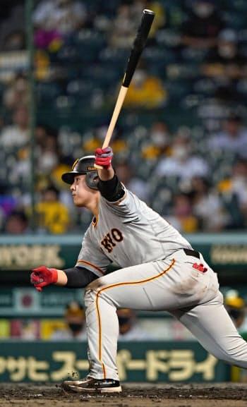 5回巨人1死一、二塁、岡本が左中間に適時二塁打を放つ(7日、甲子園)=共同