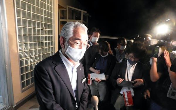町民向け説明会後に、報道陣の質問に答える北海道寿都町の片岡春雄町長(7日、寿都町)