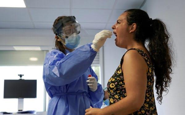 PCR検査は体内のウイルスの有無を調べる(8月、スペイン)=ロイター