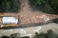 台風10号の影響で発生した土砂崩れで、建設会社の事務所兼住宅が巻き込まれた現場(7日、宮崎県椎葉村)=共同