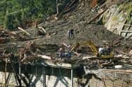 建設会社の事務所兼住宅が巻き込まれた土砂崩れ現場(8日午前、宮崎県椎葉村)=共同