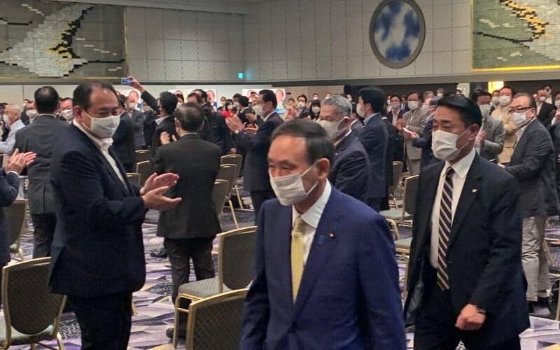 決意表明を終えて出陣式の会場を後にする菅義偉官房長官(8日午前、東京・紀尾井町)