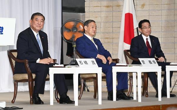 立会演説会に臨む(左から)石破元幹事長、菅官房長官、岸田政調会長(8日、自民党本部)