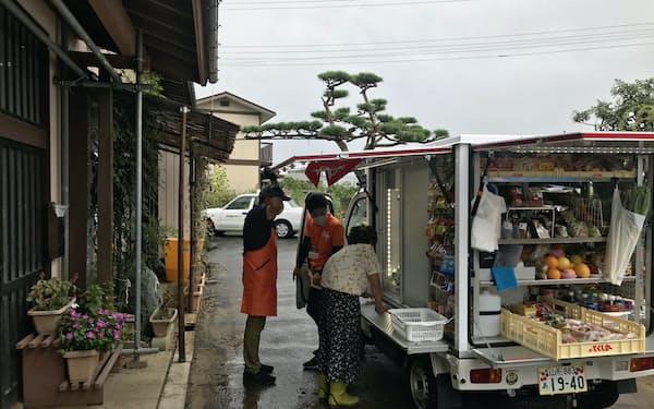 高齢者宅を訪れたヤマザワが展開するとくし丸の移動販売車(山形県高畠町)