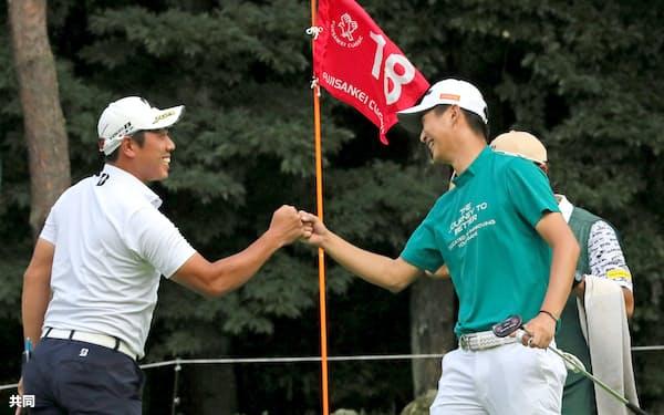 男子ゴルフの国内開幕戦となったフジサンケイ・クラシックは星野(右)の優勝で盛り上がった=代表撮影・共同