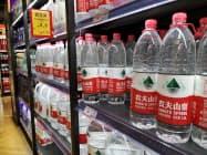 農夫山泉は中国のミネラルウオーター市場でシェア1位だ(8月、遼寧省大連市)
