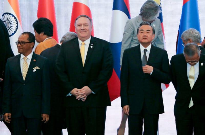 2019年にバンコクで開かれたARFにはポンペオ米国務長官(前列左から2人目)と中国の王毅(ワン・イー)外相が参加した=ロイター