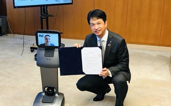 大井川知事は遠隔操作ロボットを通じてアーロン氏と懇談した(茨城県庁)