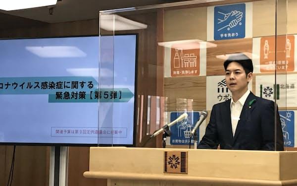 「核のごみ」調査応募を検討する寿都町について、発言する鈴木直道知事(8日、北海道庁)