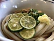 さぬき麺業の「いしうす庵レインボー店」では、スダチと青ネギをトッピングとして提供する