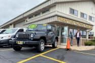 自動車ローンなど非リボルビング払いローンは伸びている(米イリノイ州の中古車販売店)=ロイター