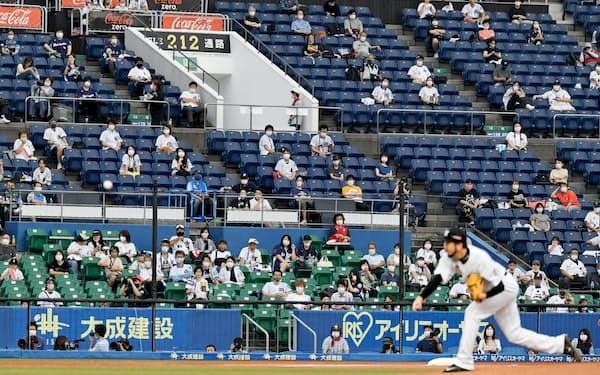 観客数を制限して行われるプロ野球の試合(7月10日、千葉市のZOZOマリンスタジアム)
