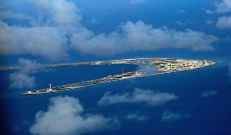 中国が南シナ海で実効支配する南沙(英語名スプラトリー)諸島のスビ礁=ロイター