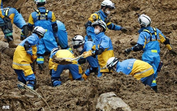 土砂崩れ現場で、安否不明者を捜索する警察官(9日、宮崎県椎葉村)