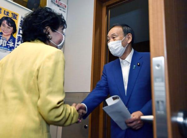 議員会館であいさつ回りをする菅官房長官(9日午前、東京・永田町)=共同