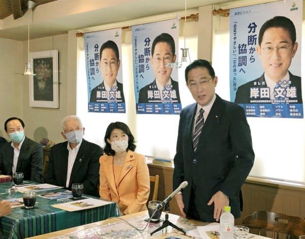 茨城県議らとの懇談で、支持を訴える岸田政調会長(右)(9日午前、茨城県美浦村)=共同