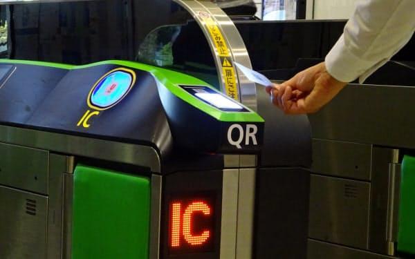 QRコード読み取り機を搭載した自動改札機(9日、JR新宿駅)