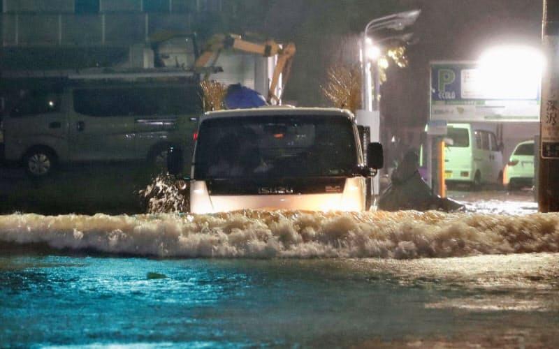 台風19号による大雨で冠水した住宅地(12日、東京都世田谷区)