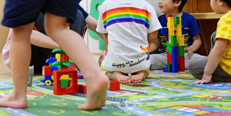 保育園で遊ぶ園児たち。子どもたちの大事な成長の場だ