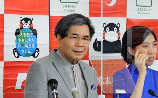 記者会見する熊本県の蒲島知事(9日、熊本市)