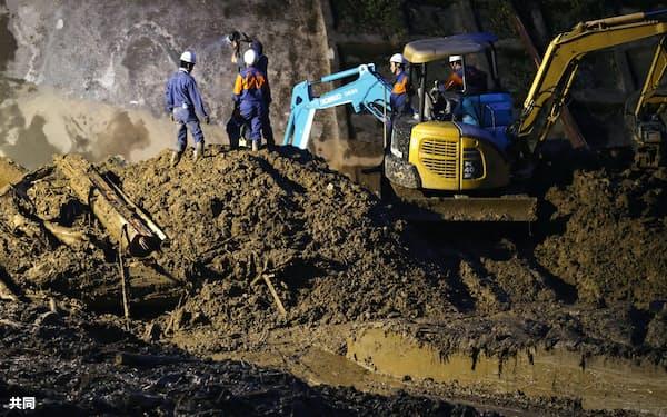 投光器を設置し、日没後も続けられた土砂崩れ現場の捜索活動(9日、宮崎県椎葉村)=共同