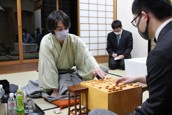 王座戦第2局で永瀬王座(右)を破った久保九段(9日、京都市)