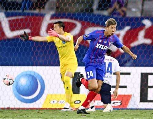 FC東京―横浜FC 後半、決勝ゴールを決め駆けだすFC東京・原。GK南(9日、味スタ)=共同