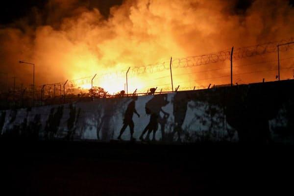 9日未明、火災が起きたギリシャ・レスボス島の難民キャンプ=ロイター