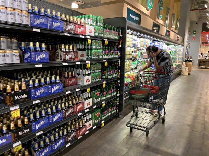 飲料の価格が上昇している(メキシコシティのスーパー)