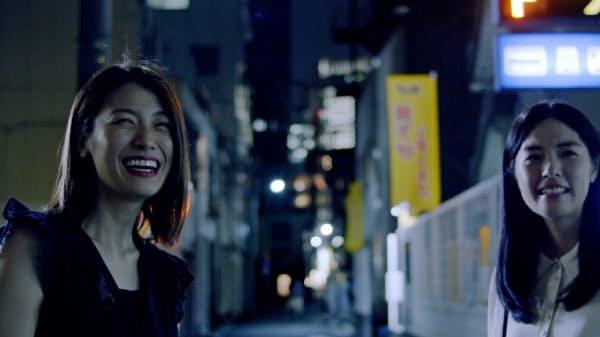 「蒲田前奏曲」の第3番「行き止まりの人々」(安川有果監督)。瀧内公美(左)と松林うらら (c) 2020 Kamata Prelude Film Partners