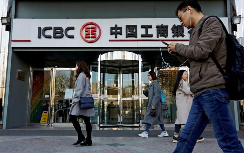 中国の大手銀行は当局に企業への貸し出し拡大を求められて負担が増している=ロイター