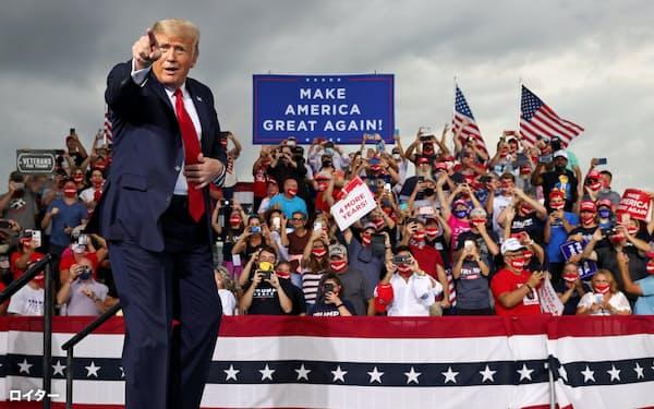 9月8日、ノースカロライナ州で支持者の前に立つトランプ大統領=ロイター
