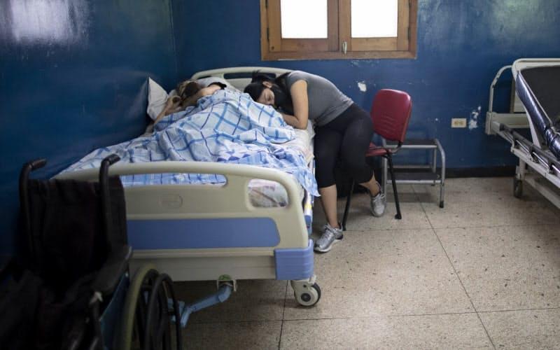 首都カラカスでは、医療機器などが不足しているため、新規のがん患者の受け入れをやめた病院もある=AP