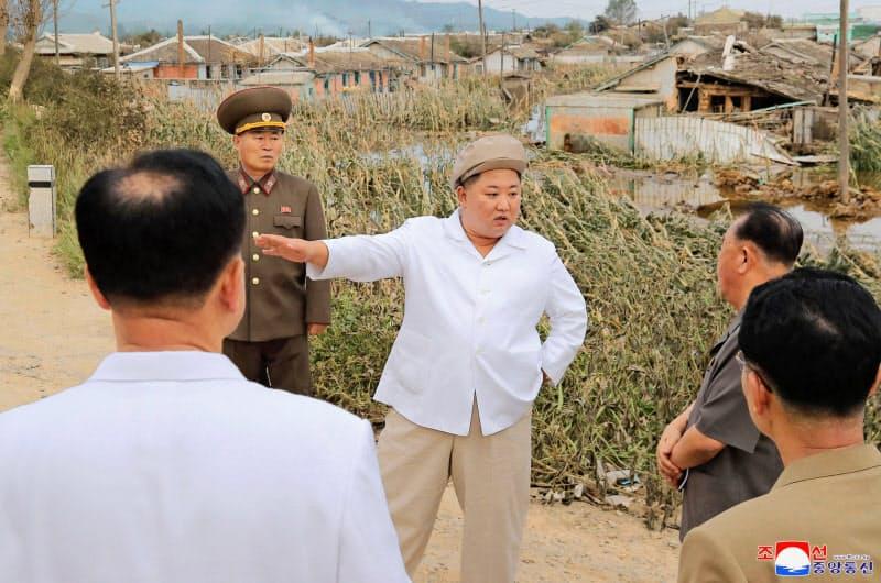 日朝のパイプは長く途絶えている。台風9号の被災地を視察する北朝鮮の金正恩委員長ら=朝鮮中央通信・共同