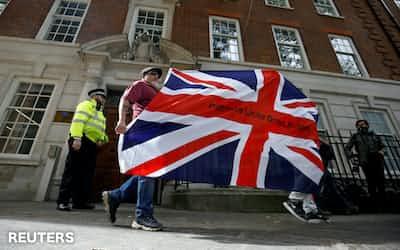 9日、ロンドンで抗議活動を行うブレグジット支持者=ロイター