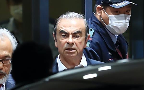 保釈され東京拘置所を出る日産自動車のゴーン元会長(2019年4月、東京都葛飾区)