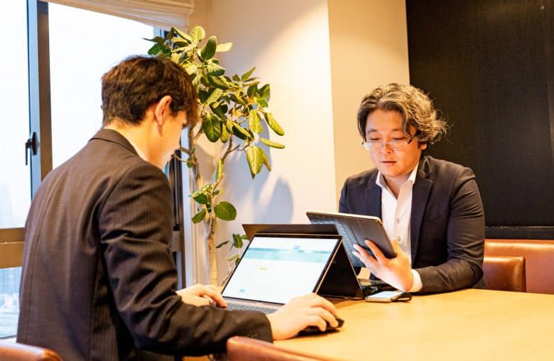 ハタプラの高橋社長(右)はネットを活用して軽貨物便の担い手を増やしている