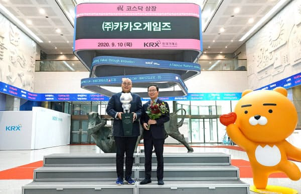 コスダック市場に上場し記念撮影するカカオゲームズの幹部(10日、韓国取引所)