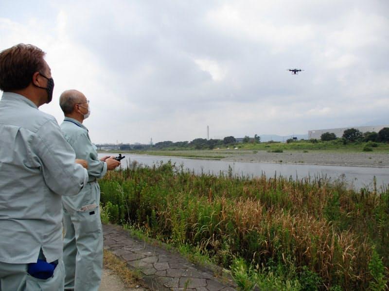 神奈川県のドローンによるゴミ調査は操縦担当、カメラ映像の確認担当の2人1組で行う