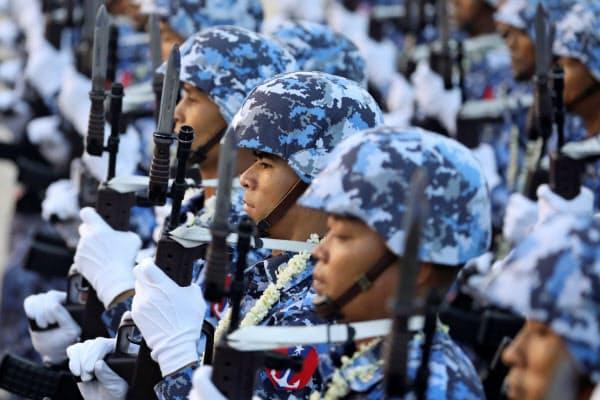 ミャンマー国軍はMEHLなどを通じ経済活動も展開している(2019年3月の軍事パレード)=ロイター