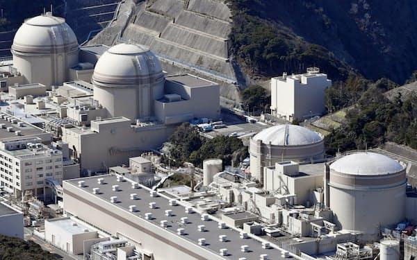 関電の大飯原発(福井県おおい町)。3号機(左から2番目)は定期検査中に配管溶接部に亀裂が見つかり、9月下旬を予定していた再稼働が遅れる見通し