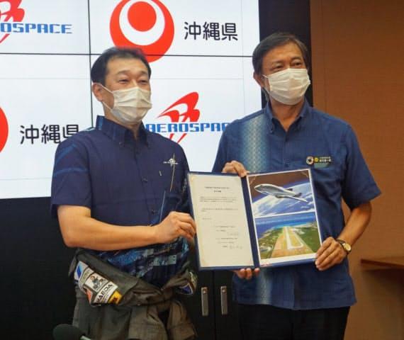 合意書をかわしたPDエアロスペースの緒川社長(左)と謝花沖縄県副知事(10日、県庁)